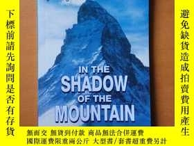 二手書博民逛書店IN罕見THE SHADOW OF THE MOUNTAIN (Cambridge English Readers