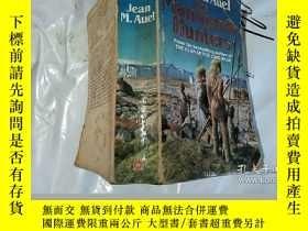 二手書博民逛書店The罕見Mammoth HuntersY182140 Jean