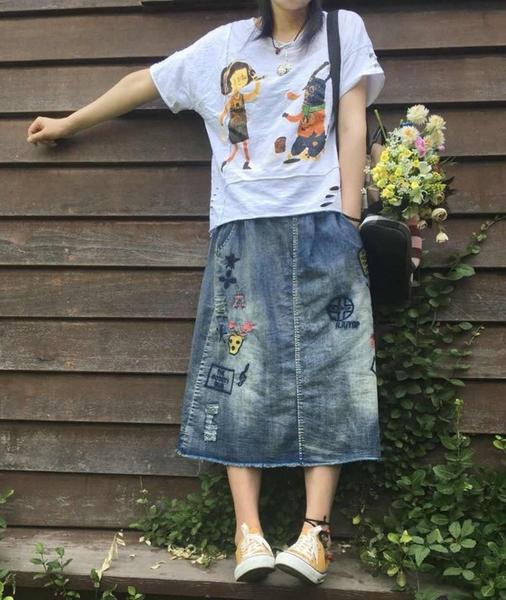 現貨 文青童趣刺繡抓破鬆緊腰牛仔裙長裙 中大尺碼 【94-18-8180327-18】ibella 艾貝拉