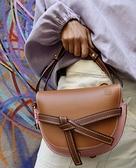■專櫃7折■ 全新真品■ Loewe 馬鞍型小款 Gate 小牛皮 緞帶斜背包 焦糖/粉色