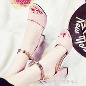 夏季韓版粗跟新款女鞋休閒百搭高跟一字帶扣露趾中空磨砂涼鞋 完美情人精品館