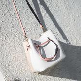 雙12鉅惠 手提包包女潮韓版寬帶水桶包百搭斜挎包氣質簡約單肩包 東京衣櫃