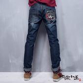 【專櫃新品↘8折】地藏月燈鯉魚精繡低腰直筒褲(深藍) - BLUE WAY  地藏小王