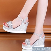 坡跟涼鞋水鉆涼鞋女夏季新款韓版一字扣鬆糕鞋平底坡跟百搭超高跟女鞋 快速出貨