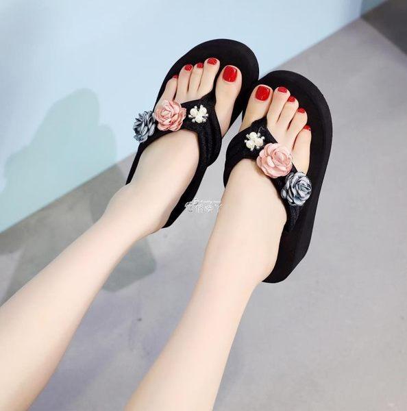 新款時尚花朵人字拖女夏防滑坡跟沙灘鞋厚底涼拖外穿海邊拖鞋 俏腳丫
