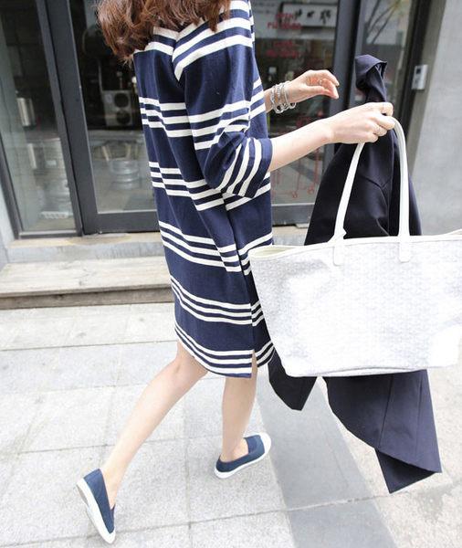洋裝 艾爾莎 經典寬鬆條紋下擺小開叉五分袖連身裙【TQT0037】