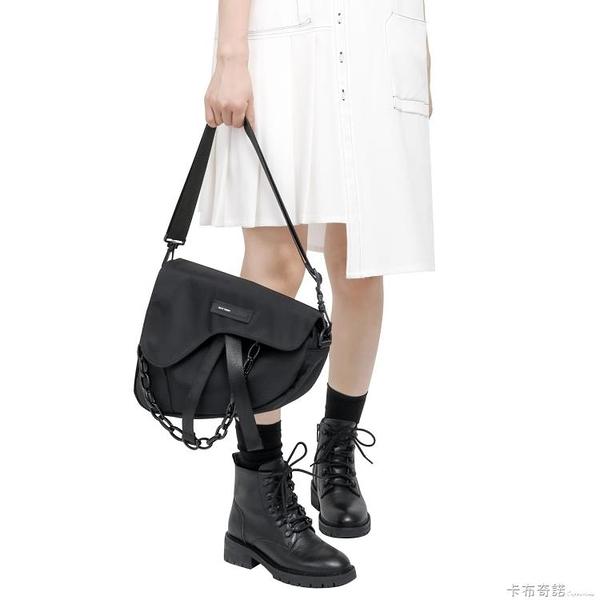 新款單肩斜背包女暗黑挎包街頭男小背包日系郵差包工裝包 卡布奇諾