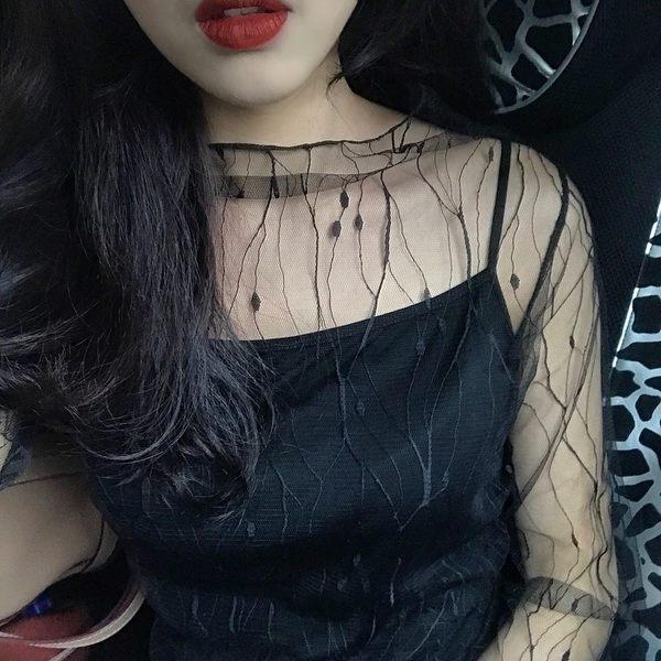 88柑仔店-春夏新款女裝韓版性感透視網紗長袖打底衫女繡花高領套頭蕾絲衫潮(A0639)