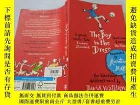 二手書博民逛書店The罕見Boy in the Dress:穿裙子的男孩Y200392