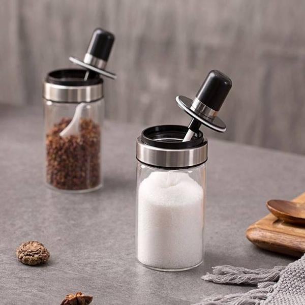 [拉拉百貨]帶勺玻璃調味罐 調味瓶 勺子 透明帶蓋玻璃鹽罐胡椒粉佐料