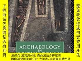 二手書博民逛書店Archaeology罕見In British Towns: F