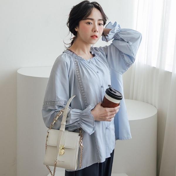 現貨-MIUSTAR 可愛澎澎袖包布排釦布蕾絲直條厚棉麻上衣(共2色)【NJ0142】