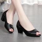 魚口鞋 媽媽涼鞋女夏真皮舒適中年女士皮鞋休大東閑中跟粗跟防滑魚嘴女鞋 風尚