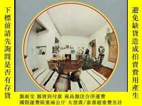 二手書博民逛書店Living罕見in one room. Photographe
