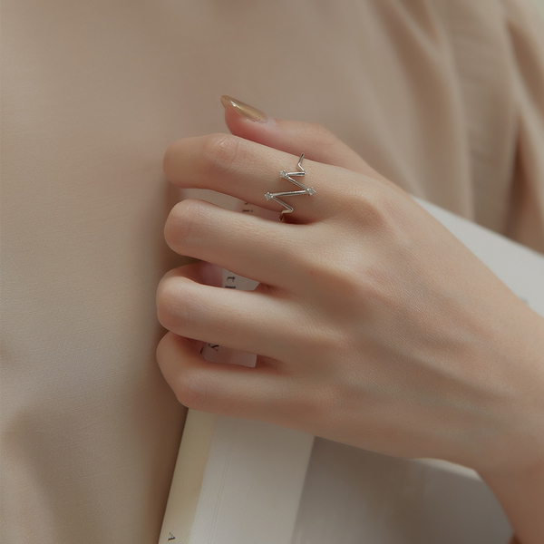 Queen Shop【07060176】氣質心電圖造型水鑽戒指*現+預*