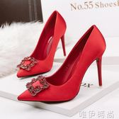 紅色婚鞋 春秋新款綢緞方扣水鑽婚鞋尖頭高跟鞋女細跟百搭新娘紅色單鞋 時尚新品