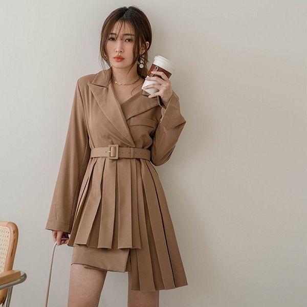 現貨-MIUSTAR 女主角氣勢款!不對稱百褶下襬附腰帶西裝式洋裝(共2色)【NJ0305】