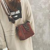 斜背包水桶包包韓版潮百搭磨砂少女單肩包寬帶復古港風斜挎包小    都市時尚