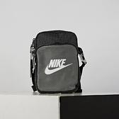 Nike Heritage Crossbody 2.0 Trl 黑灰 格紋 Logo 斜背包 CV1408-010