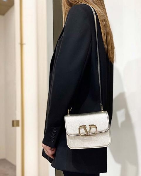 ■專櫃66折■ Valentino 全新真品 VSLING 小款小牛皮肩背包 香檳鉑金色