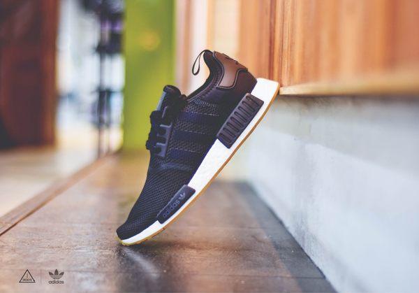 ISNEAKERS ADIDAS ORIGINALS NMD R1 黑白 網布 膠底 襪套 慢跑鞋 男女 B42200