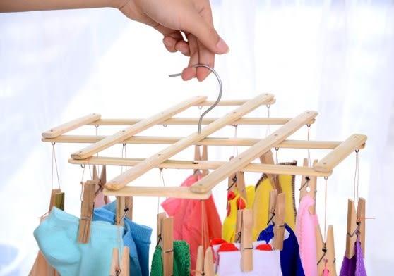 [協貿國際]  多功能竹製折疊晾衣架強力夾子掛衣架 (3個價)