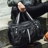 男旅行包 韓版男包 新款收納包時尚休閒運動健身包斜挎大容量潮斜背手提包【五巷六號】wb2449