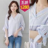 【五折價$280】糖罐子洞洞V領直紋袖綁結前短後長棉麻衫→現貨【E49614】