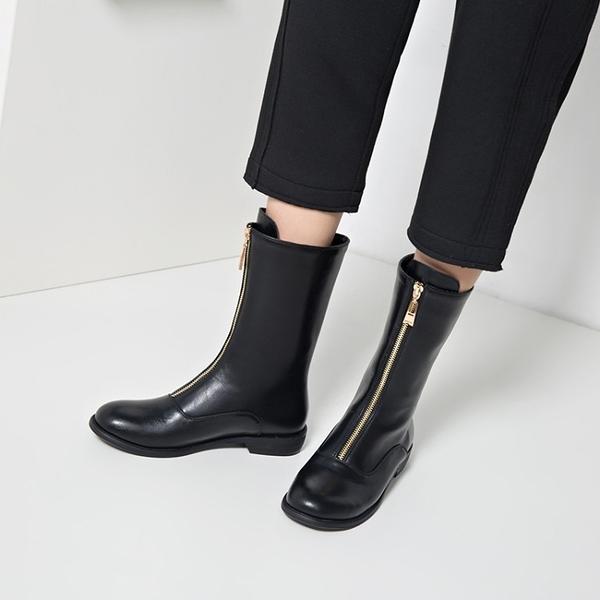 大尺碼女鞋  歐美時尚帥氣前拉鍊中跟中靴~2色