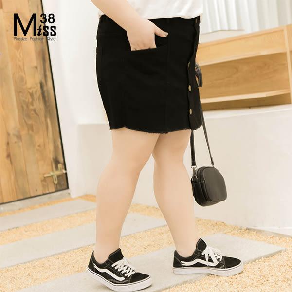 Miss38-(現貨)【A01071】大尺碼短褲 牛仔短褲裙 黑色排扣假兩件 後腰鬆緊帶 褲裙 -中大尺碼