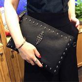 女士鉚釘手拿包2018新款大容量信封包個性手挽包潮女單肩斜跨包包