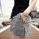 (全館一件免運費)DE SHOP~韓國時尚.黑白格抽繩鬆緊腰短褲 【A-0019】