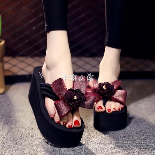 新款夏拖鞋女人字拖高跟防滑時尚花朵蝴蝶結沙灘鞋大碼涼拖 芊惠衣屋