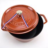 【Staub】24cm鑄鐵 圓形鑄鐵鍋4QT/3.8L-焦橙色_含動物造型鍋蓋頭_比漾廣場