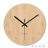 掛鐘 簡約木紋玻璃靜音掛鐘客廳臥室無聲時鐘掛錶辦公室裝飾電子石英鐘 夢幻衣都