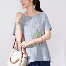 【慢。生活】刺繡印花亮絲拼接上衣 818-18  FREE 藍色