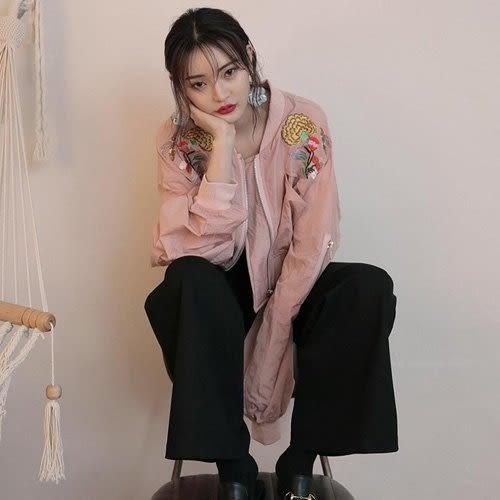 夾克 時尚個性刺繡圖騰字母立領短版外套 艾爾莎【TGK3961】