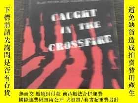 二手書博民逛書店Caught罕見in the Crossfire 陷入交火Y18