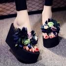 人字拖女夏2021新款花朵海邊防滑厚底外穿時尚坡跟涼拖沙灘鞋拖鞋「時尚彩紅屋」