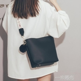 高級感洋氣女士水桶包包女新款韓版百搭斜背包/側背包時尚寬帶單肩包 一米陽光