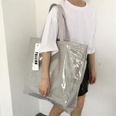 托特包 大包包女2020夏新款大容量銀灰色帆布包pvc防水手提側背托特大包 果果生活館