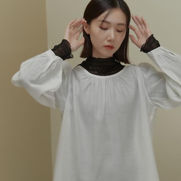 Queen Shop【01097098】微透剪接肩領打褶澎袖上衣 兩色售*現+預*
