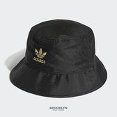 ADIDAS 漁夫帽 BUCKET HAT 黑金 緞面 刺繡 帽 (布魯克林) H09036