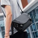 馬可萊登新款單肩包男士包包斜背包休閒郵差包工裝小挎包 檸檬衣舍