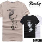 『潮段班』【SD031959】抽菸人物黑白照片轉印歌德字母短袖上衣T恤