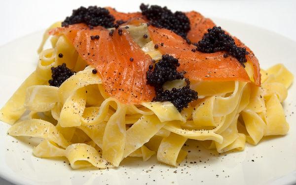 煙燻鮭魚,1包200g,將鮭魚美味用煙燻的方式昇華到更高的境界,並將其切成薄片拆封後即可食用