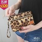 【五折價$320】糖罐子豹紋英字皮標拉鍊手拿包→豹紋 預購【DD1981】