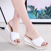 2019新款拖鞋女外穿時尚皮質防滑高跟厚底涼拖鞋坡跟pu粗跟增高拖鞋白色 aj12957『小美日記』
