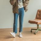 Queen Shop【04011436】下腳不規則車線設計牛仔褲 S/M/L/XL*現+預*