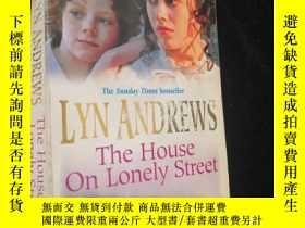 二手書博民逛書店The罕見House on Lonely Street【英文原版
